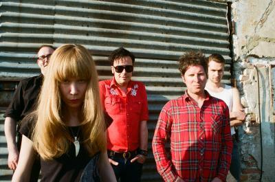 Sonja v popředí, Hank ve výrazné košili uprostřed