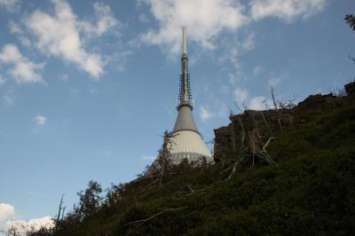 Hubáčkův hotel a vysílač na vrcholu Ještěd u města Liberec.